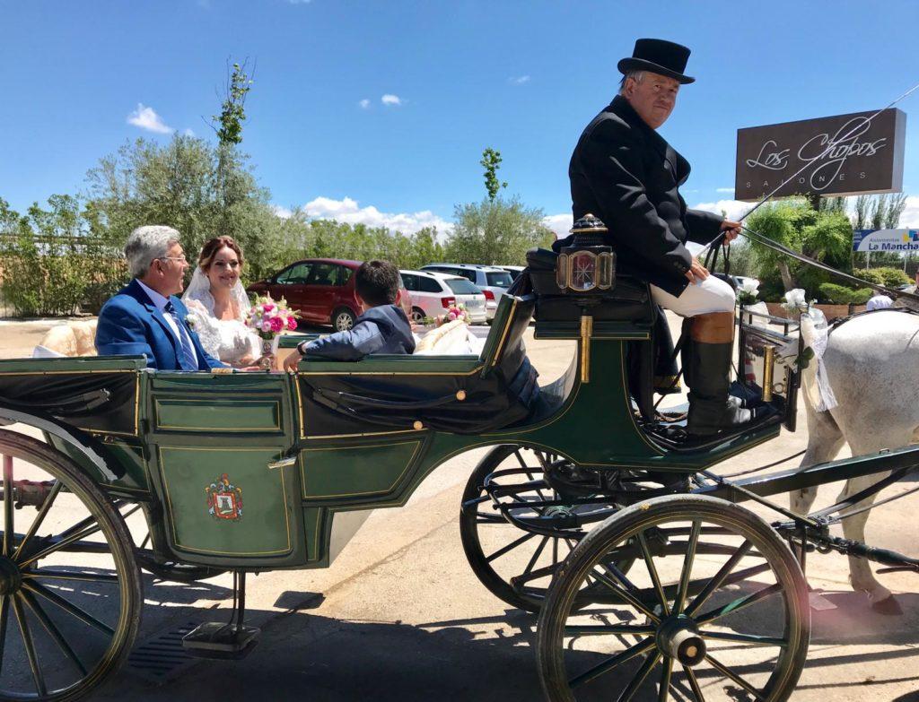 amor en la boda coche de caballos